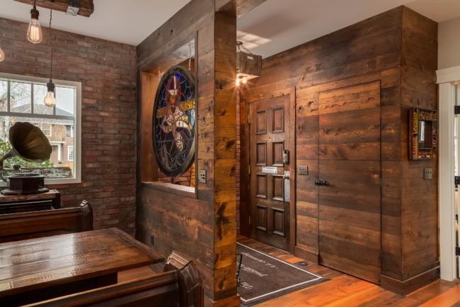 Еще один пример свободной планировки, где вместо глухой перегородки гостиную и коридор зонировали символически и украсили витражом