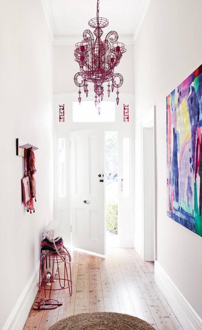 Вызывающий современный декор: люстра и полотно на стене