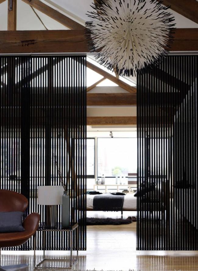 Свободная планировка, где коридора так такового не предусмотрено, а гостиная отделена от прихожей прозрачными раздвижными панелями