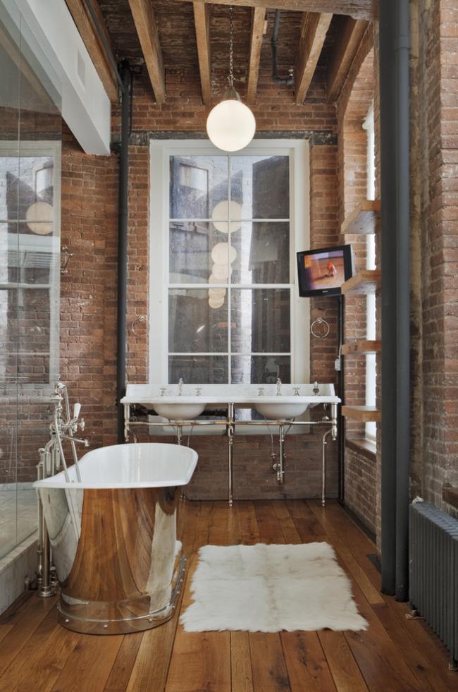 Сантехнические приборы необычной формы в интерьере ванной, оформленной в стиле лофт
