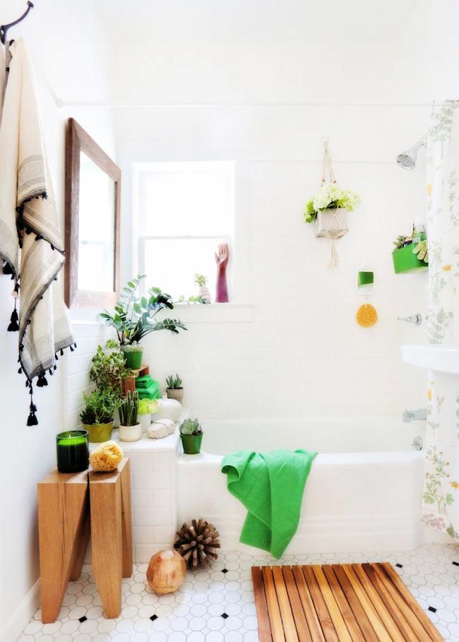 Маленькая ванная комната, оживленная домашними цветами