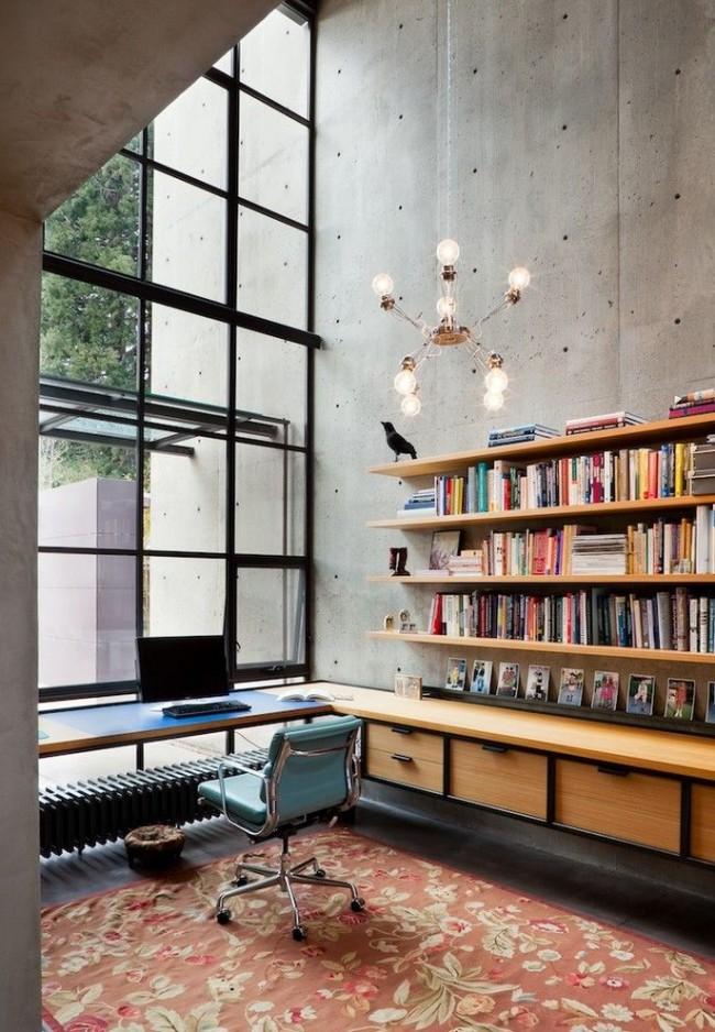 Выделенная зона рабочего места в квартире в стиле лофт. Трубчатый радиатор отопления здесь подходит для установки под столом возле панорамного окна