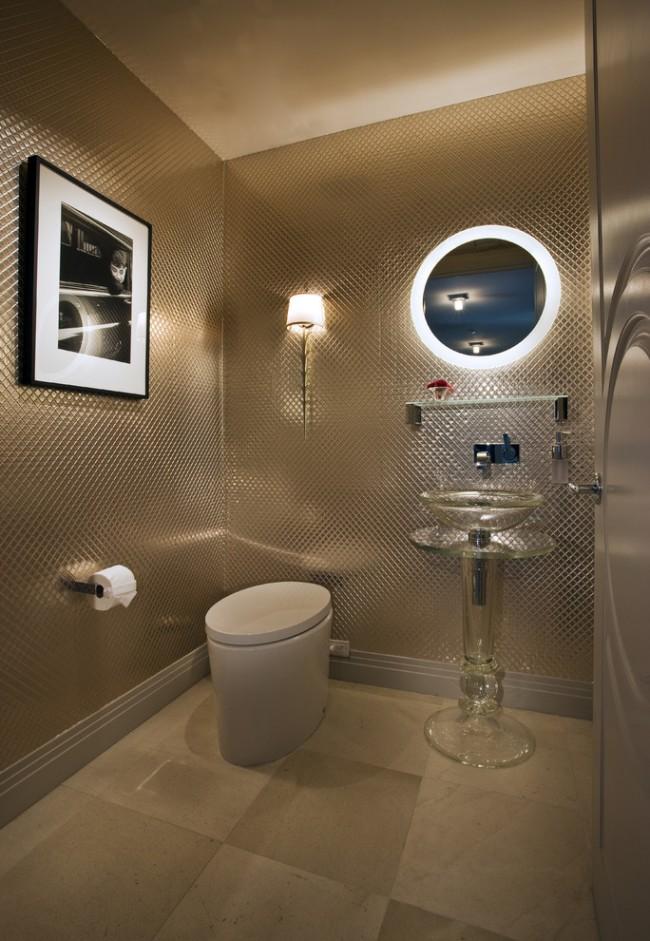 Плитка с зеркальной поверхностью - отличный выбор для интерьера туалета в стиле хай-тек