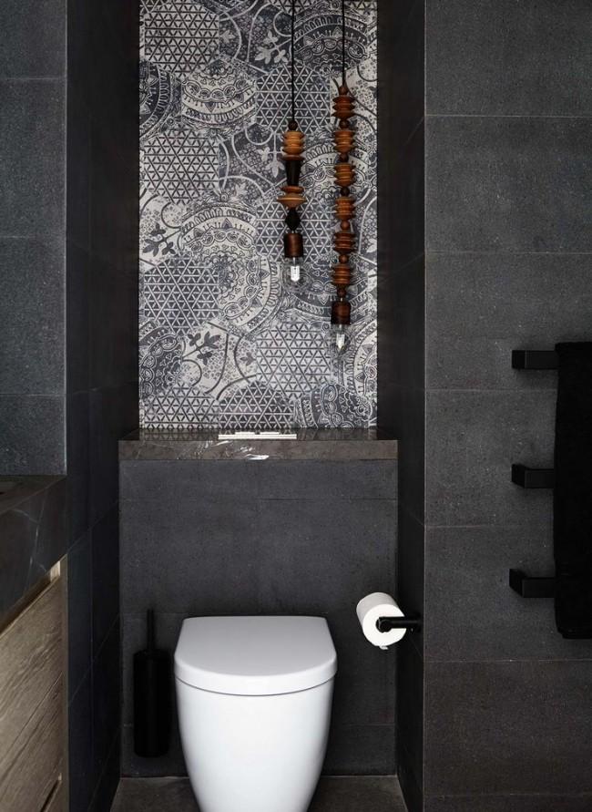 Плитка не боится влаги и легко моется, а в туалете это очень важно