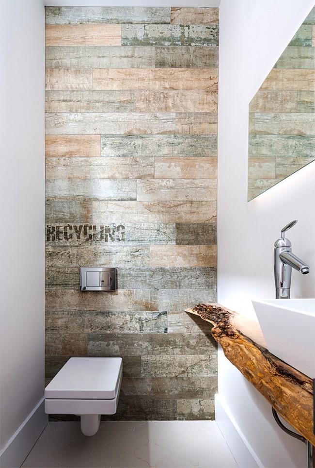 Небольшой, но стильный туалет с отделкой стен ламинатом