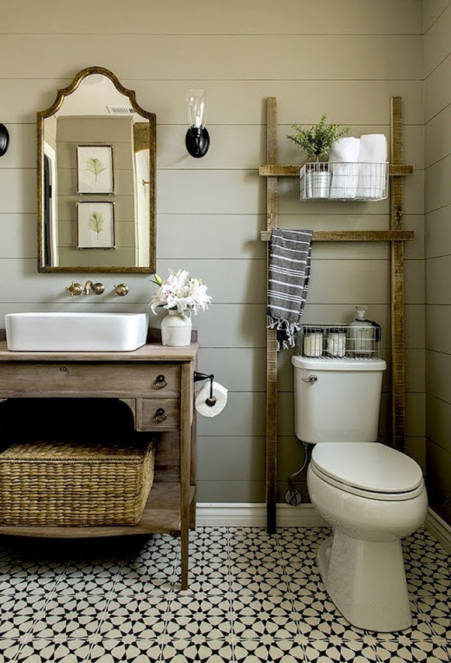 Просторный и очень удобный туалет в стиле кантри