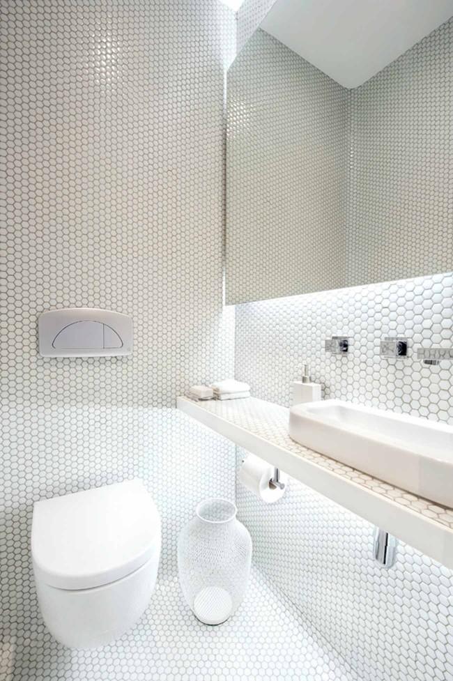 Стиль минимализм прекрасно подойдет для небольшой гигиенической комнаты