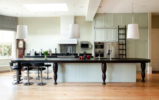 Округлая форма кухонного острова, совмещенного со столом