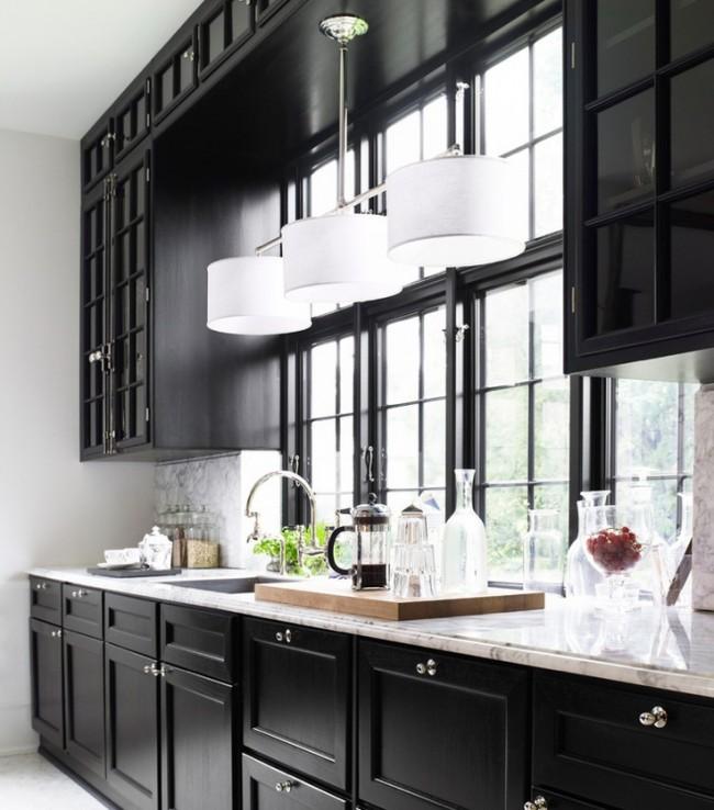 Контрастные прохладная палитра оттенков в классическом интерьере кухни