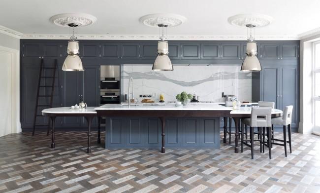 Кухня классика: сдержанные холодные тона, натуральное дерево, классическая фурнитура мебели и завершающий современную роскошь штрих - лепнина на потолке