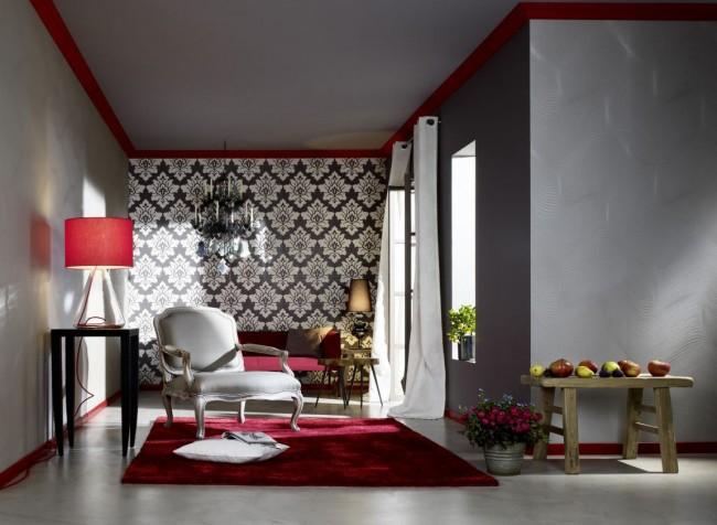 Комбинированные обои для зала. Броское сочетание дамасского узора и темно-серого и красного цветов