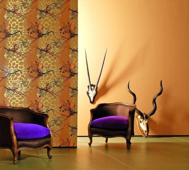 Анималистичный паттерн с животными саванн, отделяющий гостиную от коридора с однотонными оранжевыми стенами