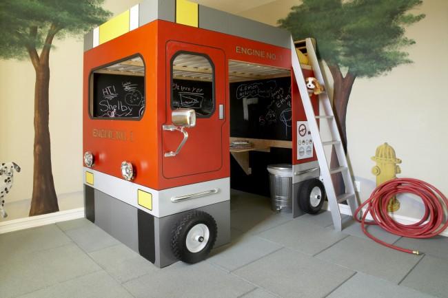 Яркая кроватка в виде автобуса, пожарной машины, катера - вот что по-настоящему обрадует ребенка!