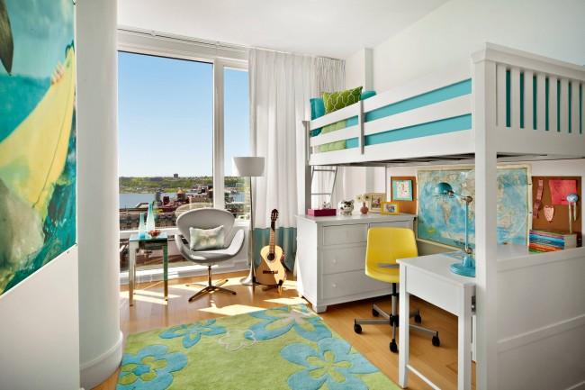 Свежие весенние цвета в девичьей комнате