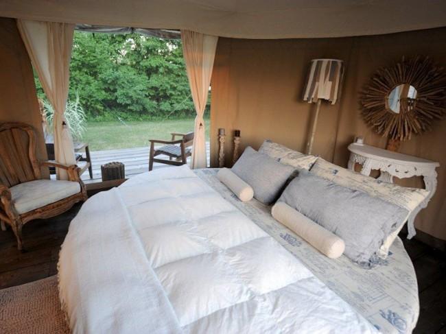 Оригинальная мебель для неординарной спальной зоны с шатерной обстановкой