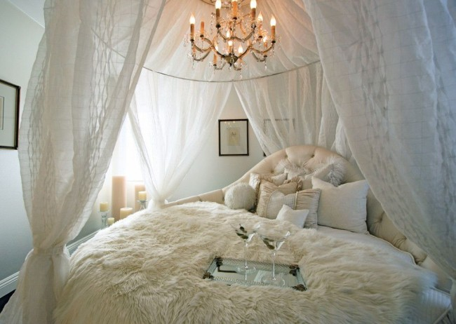 Если кровать размещена у стены или в углу, необходимо оставить достаточно места для меблировки и свободного перемещения