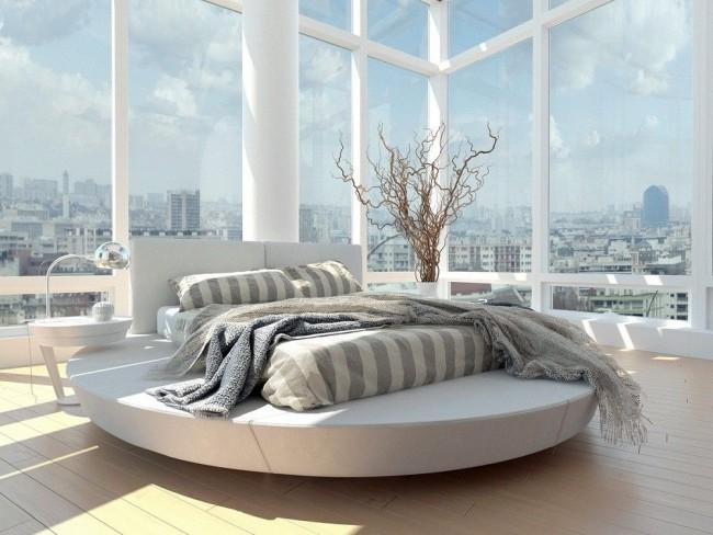 Удобная и функциональная круглая кровать с прямоугольным матрацем, столиком и настольной лампой