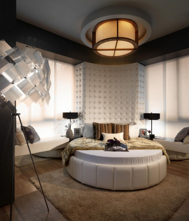 Контемпорари + гламур: полукруглое высокое мягкое изголовье белого цвета, и белая же кровать в окружении нейтральных и натуральных цветов