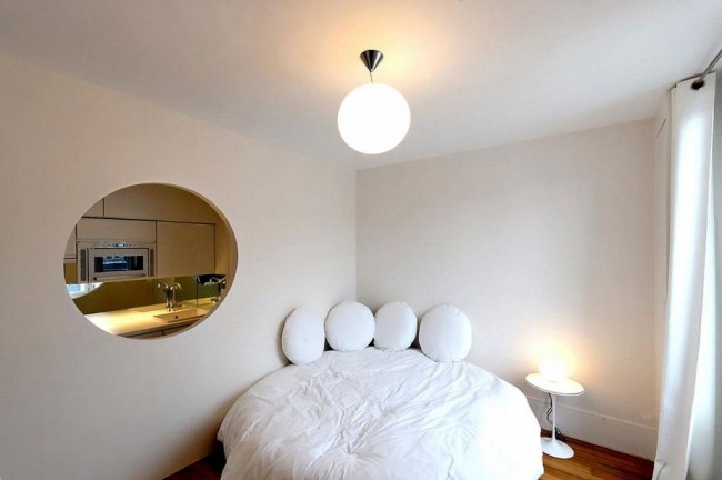 Чтоб кровать не казалась громоздкой в помещении среднего размера, её можно подобрать в минималистском стиле. И затем не перегружать текстильным декором