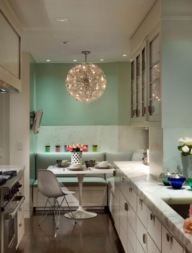 Обивка диванчика с правильно подобранным оттенком будет украшать и освежать весь интерьер кухни