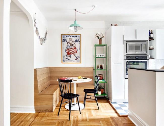 Аскетичный деревянный корпус кухонного уголка, без мягкого сиденья