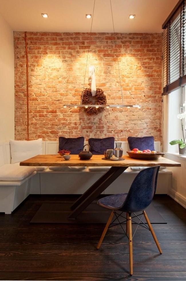 Обеденная зона, расположена в конце кухни, тем самым убирается необходимость оставлять место для прохода между столом и кухонным гарнитуром. Вторая хитрость - необычные ножки стола, не мешающие выходу из-за стола