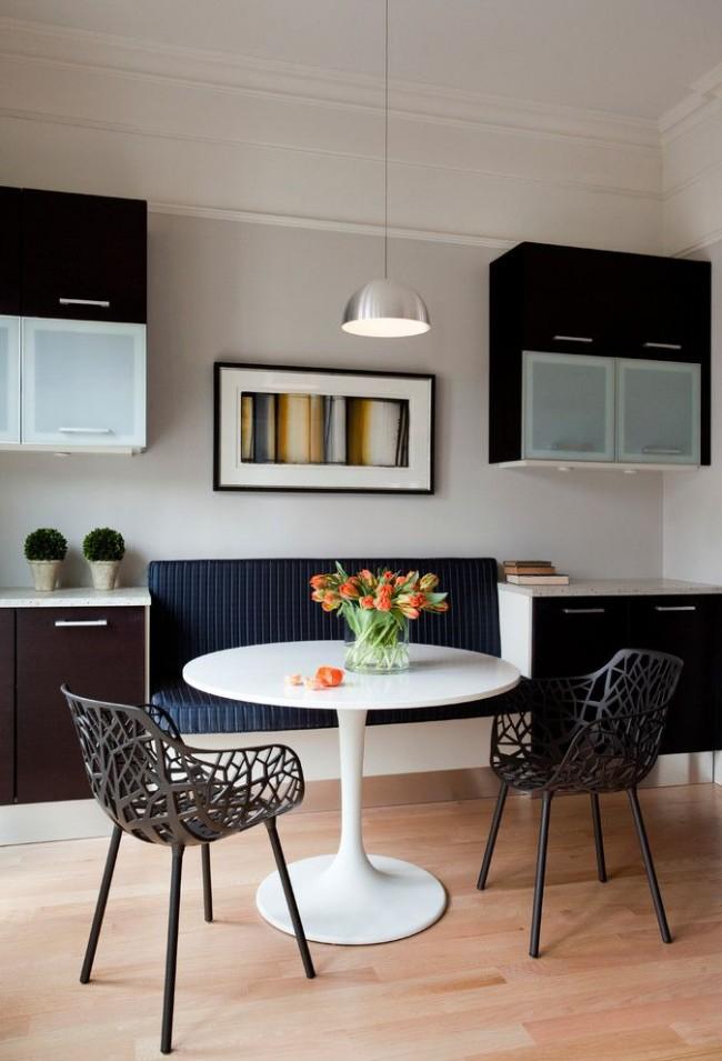 Кухонный встроенный темно-синий диванчик с интересными стульями