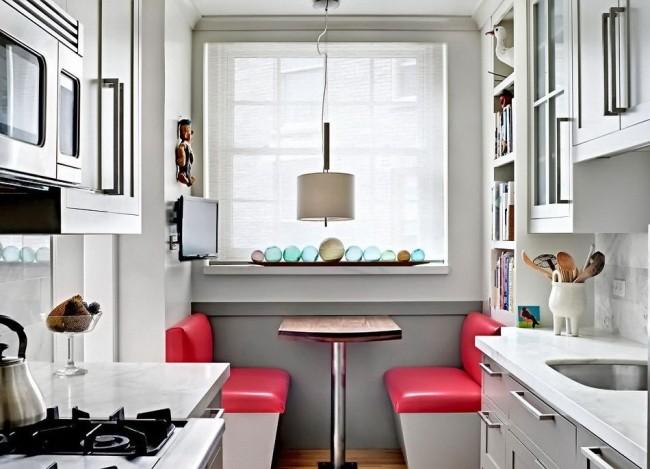 Акцентные яркие тона в белоснежной кухне
