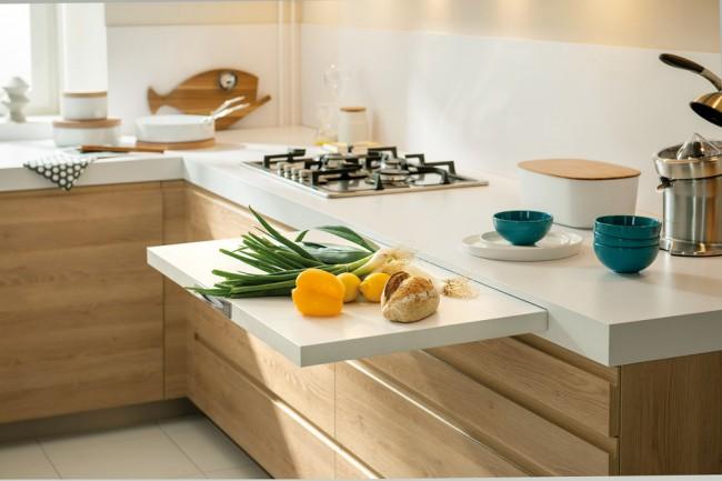 Выдвижные ящики с экономящей место фурнитурой, встроенные разделочные поверхности - оптимальный вариант для небольшой кухни