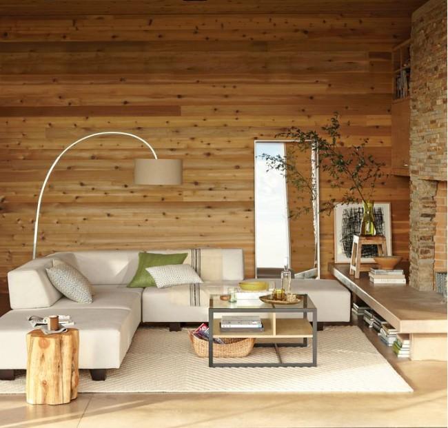 Горизонтальное расположение ламината, имитирующего лакированную сосну, на стене загородного дома