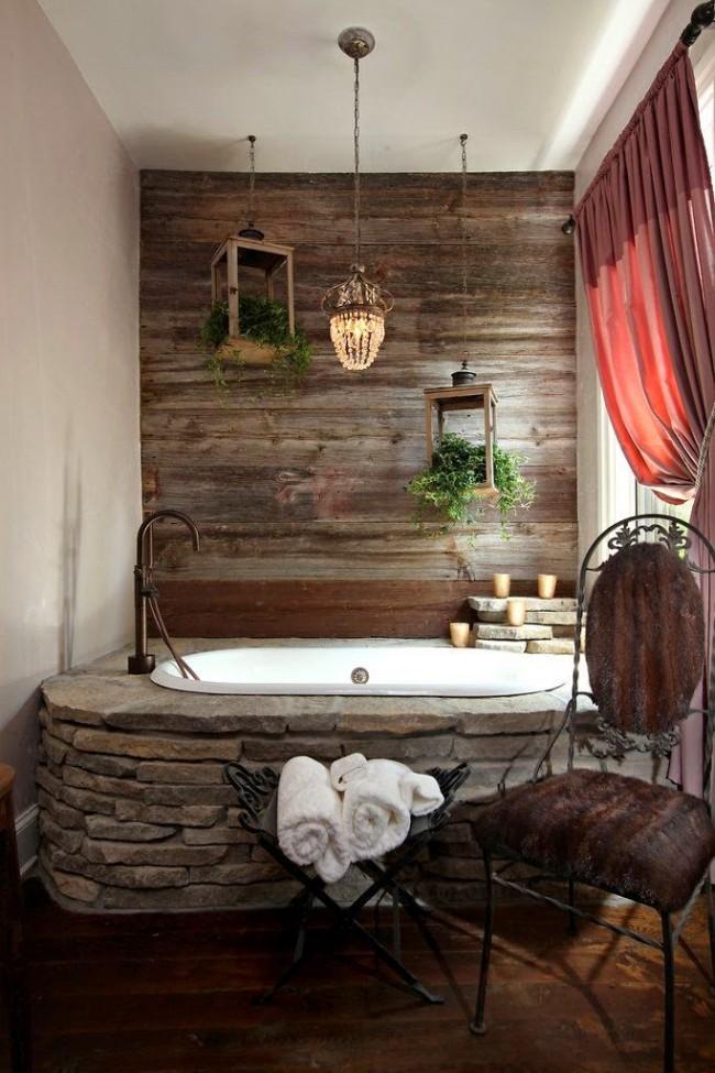Выделенная отделкой ламинатом короткая стена в ванной. Но учитывайте, что даже влагостойкий ламинат не подходит для душевой зоны!