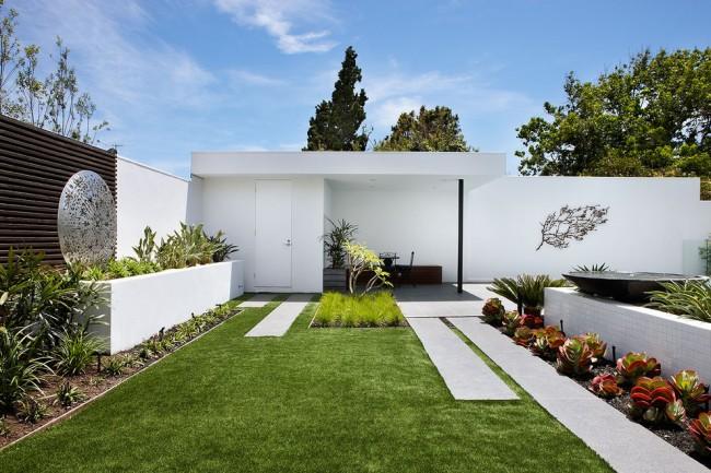 Постройка на участке несет не только практичный характер, но и эстетичный. Выкрашенные в белый цвет каменные (и иногда кирпичные) постройки - характерная черта средиземноморских загородных имений