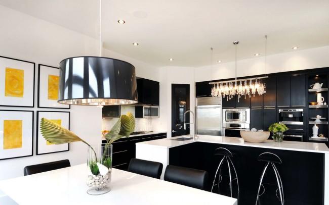В последнее время очень популярным стало точечное освещение, а саму кухню можно поделить на зоны и при этом стили люстр могут даже отличаться