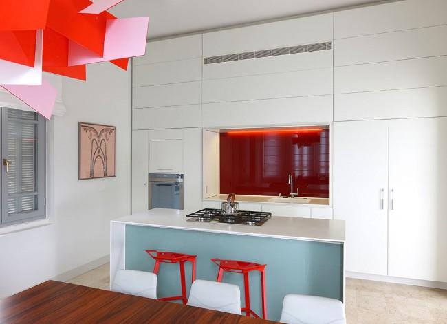 Современную кухню отлично дополнят непривычные формы и яркость цвета абажура или плафона