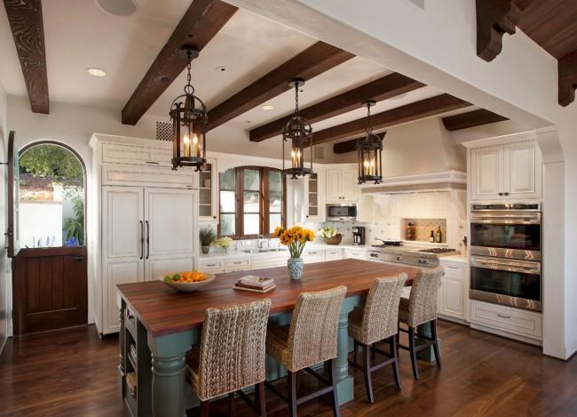Правильное освещение создаст хорошее настроение и теплую атмосферу на кухне.