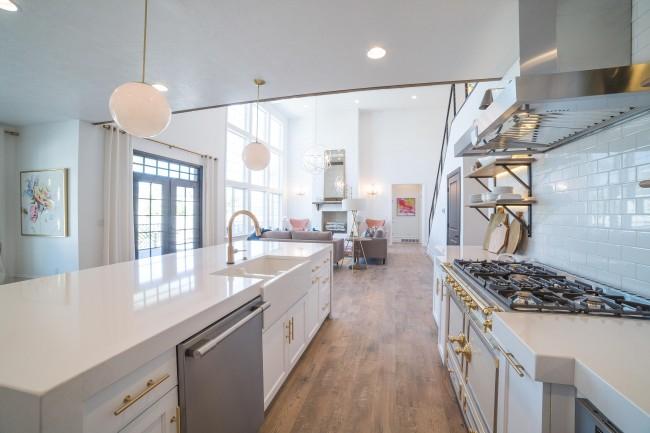 Светильники для общего и локального освещения кухни могут относиться к разным стилям и внешне сильно отличаться друг от друга, но это свидетельство лишь того, что было принято отличное дизайнерское решение