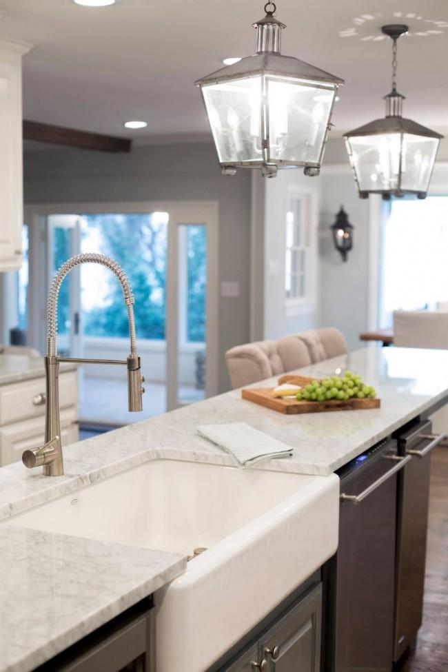 Мраморные столешницы, сантехника из нержавеющей стали и подвесные светильники-фонарики: все это отлично вписывается в современную кухню