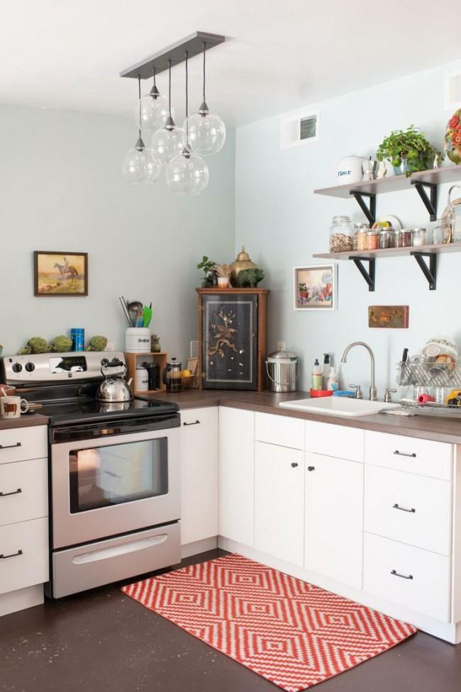 Если у вас маленькая кухня, то отличным вариантом станет потолочная люстра. Она смотрится более миниатюрной поскольку монтируется непосредственно к потолку