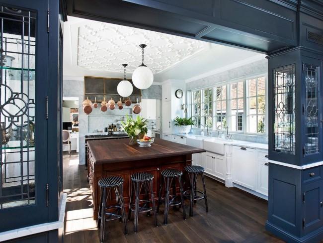 Для кухни отличным вариантом будут закрытые люстры, которые защищают лампочку от попадания пыли влаги.