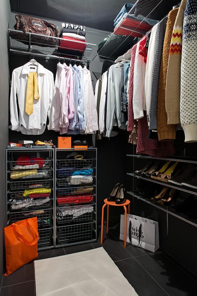 Свободный угол в квартире можно обустроить под гардероб, установив в ней полки и бескорпусные системы хранения на профилях