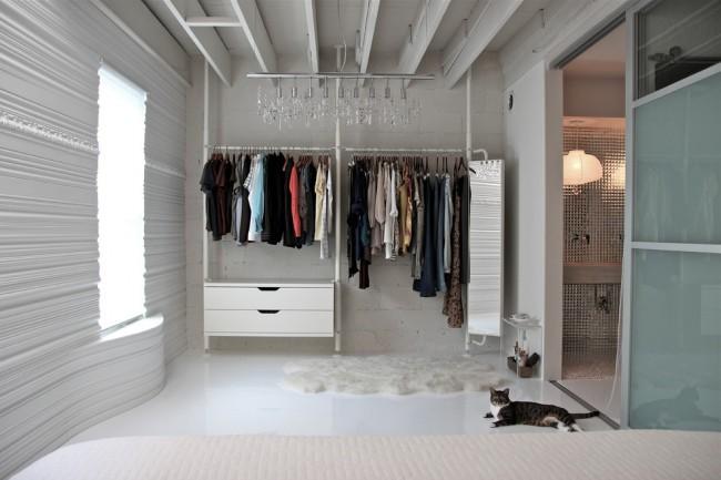 Открытая гардеробная сэкономить время на подбор одежды, а также обеспечит правильные условия для хранения одежды