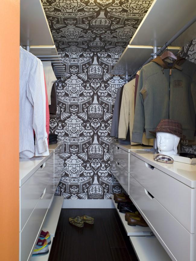 Открытые полки и вешалки в небольшой гардеробной из кладовки
