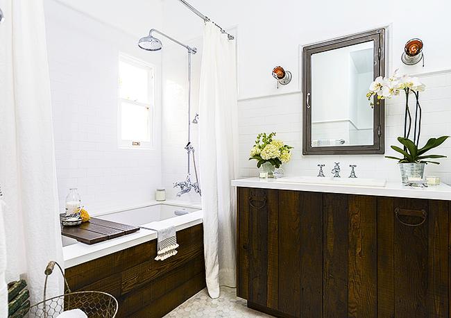 Экран для ванны из дерева в интерьере маленькой ванной комнаты в стиле рустик