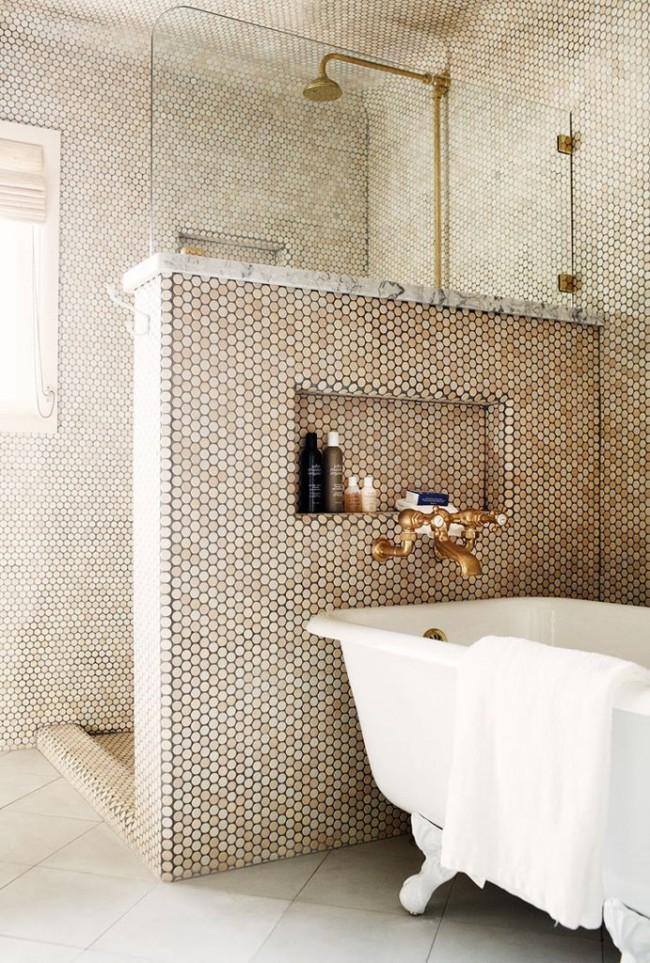 """Комната в золотистой мозаике с невысокой перегородкой между ванной и душевойв """"золотой"""" мозаике с разделительной стеной между ванной и душевой"""