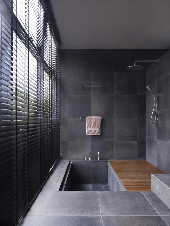 На фото - прием экономии пространства, позволяющий совместить в небольшом помещении и ванну, и душ