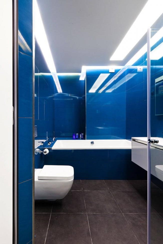 Насыщенный синий цвет в однотонном оформлении требует идеально нейтральной цветовой температуры освещения