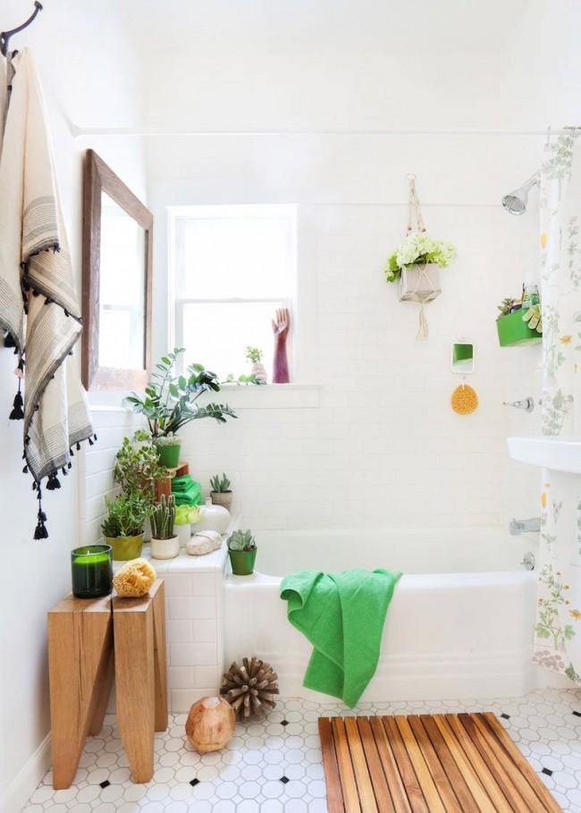Маленькая скандинавская ванная комната, оживленная домашними цветами