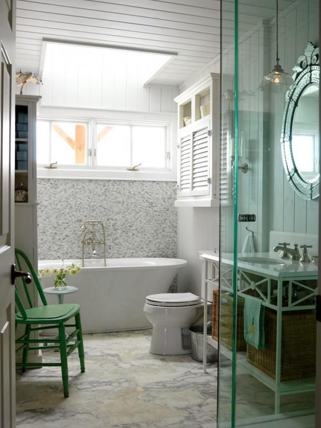 Ванная в частном доме: потолок с окошком, обшитый вагонкой