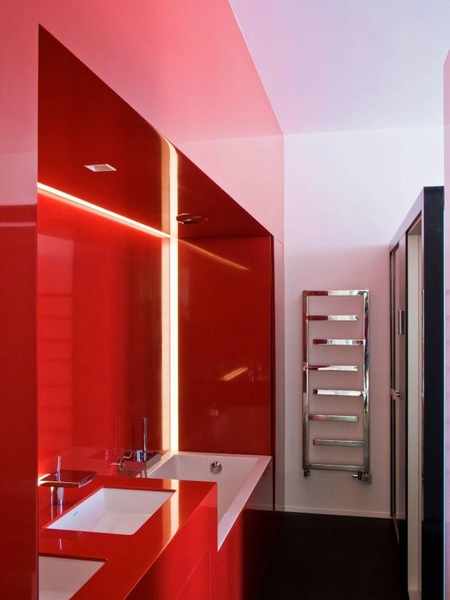Удачно подобранный к свободному месту на стене узкий полотенцесушитель