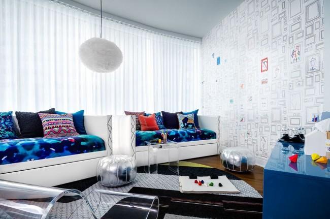 Стильная современная комната девочки-подростка с яркими аксессуарами и предметами мебели серебристого и синего цветов